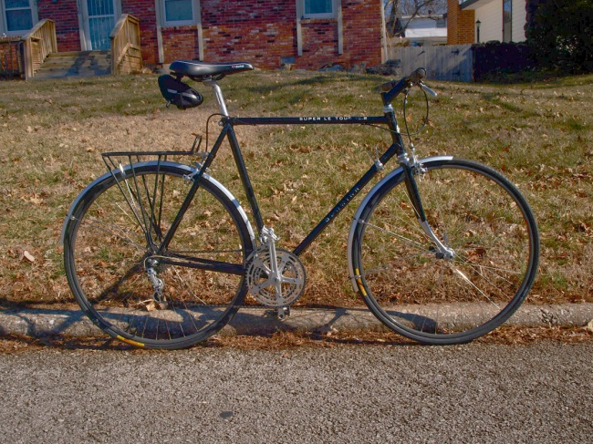 The new used Grocery Getter a 1978 58cm Schwinn Super Le Tour 12.2 in Black. I bought a silver Super Le Tour 12.2 in 1978. I rode the bike to class at SMSU now Missouri State and when I came out to ride home the brakes would not work, someone had stolen the brake calipers. This bike was one of the few production bikes that came with side pull brakes instead of center pull brakes. I really don't like riding a bicycle without brakes.