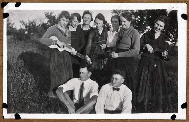 Friends strumming in the field. 3rd from the left; Edna Kingston, Mary Kingston, sixth Flossie Kingston, Helen Kingston, Earl Kingston and I can't identify the other individuals.