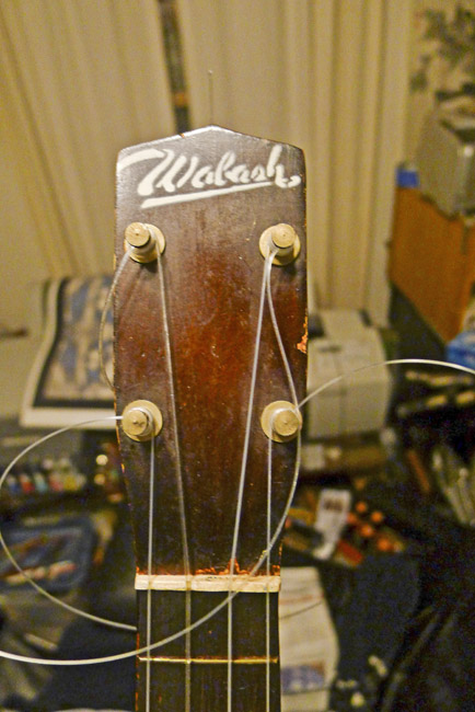 The headstock of the Wabash soprano use and it's custom possible stick bridge.